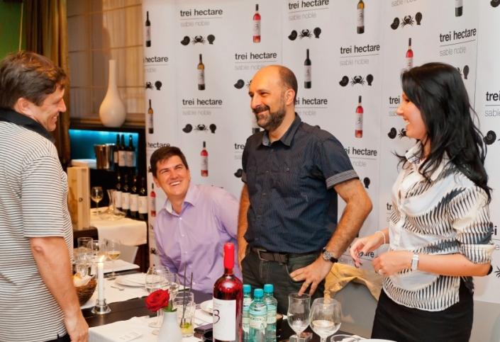 Dan Boboc - presedintele ADAR, Cosmin Popescu - directorul general Murfatlar Romania SA, Dan Bundur - general manager Divizia Premium Murfatlar si Stefanie Binder - director de vanzari al aceleiasi divizii, la lansarea unei gama de tranzitie in vara anului 2011, la Restaurantul Charme, in centrul istoric al Capitalei.