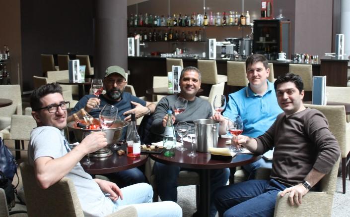 Cu ocazia ProWein, ne-am reunit la Dusseldorf unde am evaluat vinurile care urmeaza a fi lansate in 2014. Si nu numai. De la stanga la dreapta, Daniel Negrescu, Dan Bundur, Razvan Macici, Cosmin Popescu si Valentin Ceafalau.
