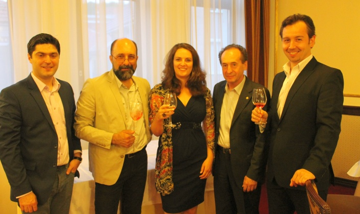 Valentin Ceafalau si Dan Bundur împreuna cu soprana Elizabeth Baileys, profesorul Dorin Popa si baritonul Cozmin Sime.